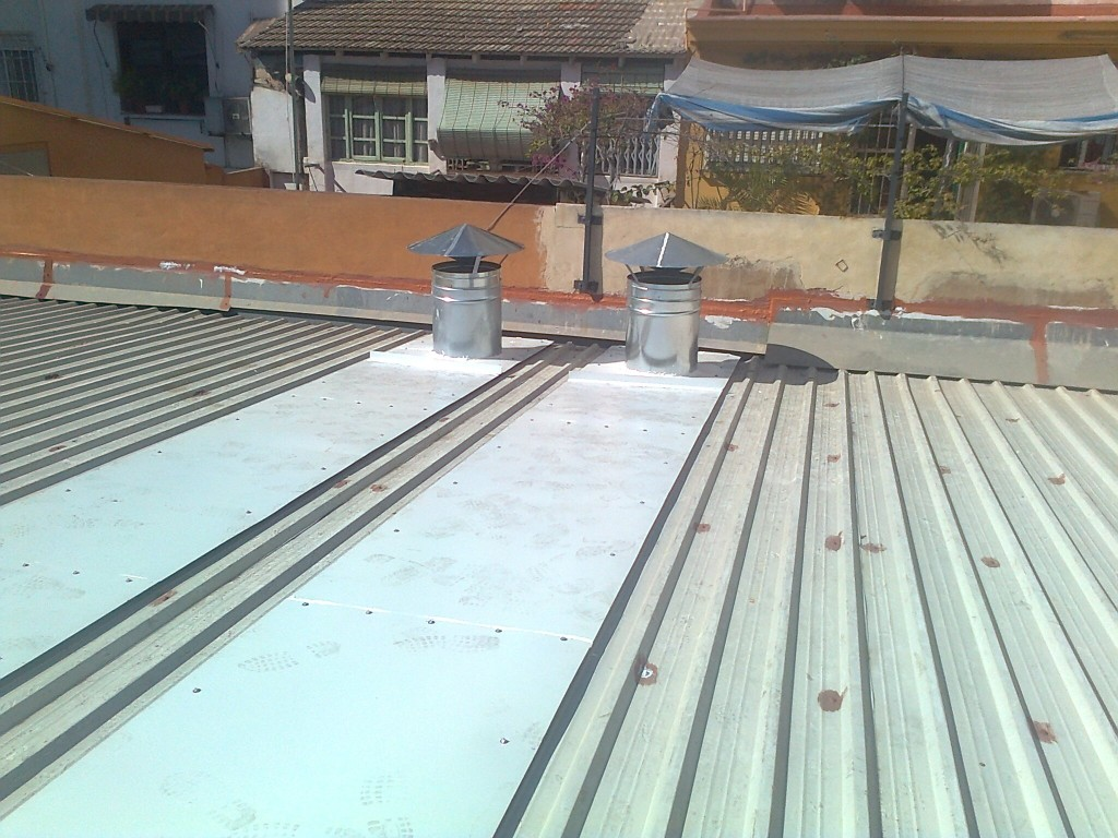 Instalación conductos extracción en cubierta