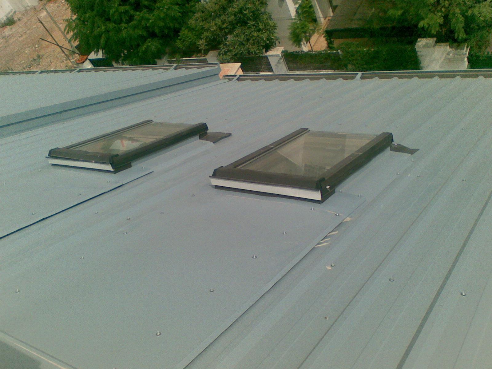 Instalación de claraboyas en edificio.